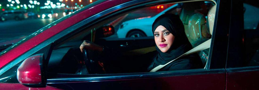 عربستان به زنان اجازه داد مستقل سفر کنند ، دختران سعودی برای دریافت گذرنامه دیگر نیازی به اجازه یک مرد ندارند