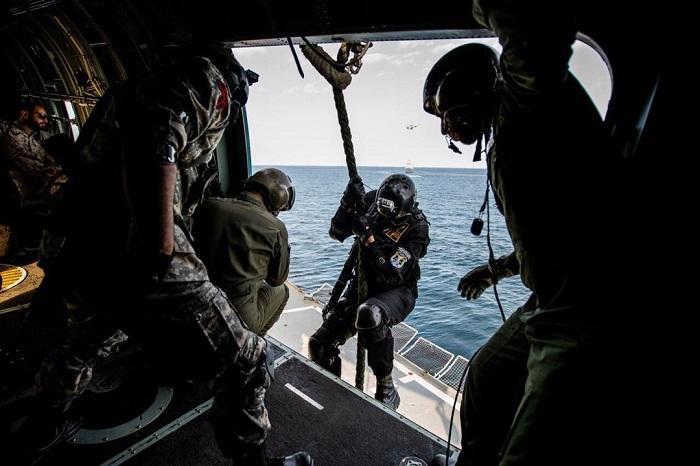 عملیات آزادسازی کشتی ربوده شده و اطفای حریق در رزمایش مرکب ایران، روسیه و چین