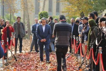 واکنش عراقچی به جنجال های قدم زدن روی برگ های پاییزی میدان مشق