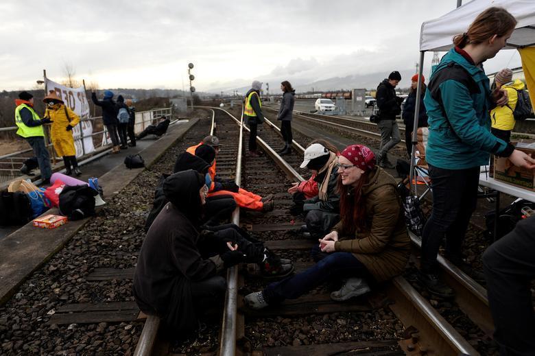 بومیان کانادا: در سرزمین ما خط لوله نسازید، لغو سفر خارجی نخست وزیر کانادا برای حل معضل اعتصابات(