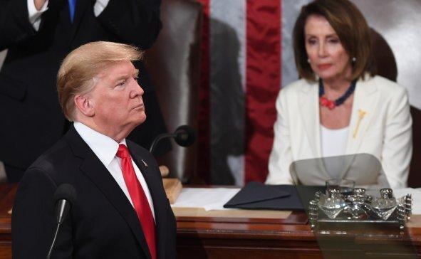 نانسی پلوسی انتها با ارجاع پرونده استیضاح ترامپ به سنا موافقت کرد