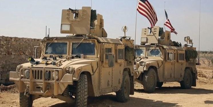 مردم سوریه پرچم آمریکا را در برابر نظامیان این کشور به آتش کشیدند